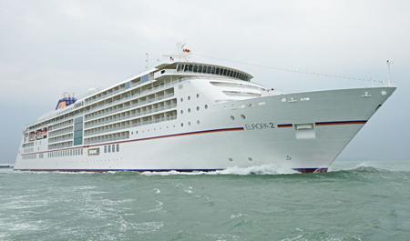 MS Europa 2 kommt vor der Taufe in Hamburg nach Cuxhaven