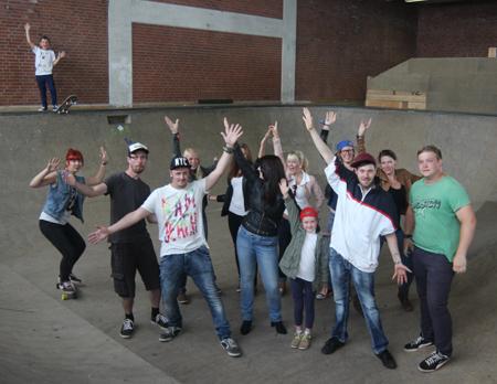 """Jugendtheaterstück """"(un)möglich – Rhythmus der Freiheit""""  feiert in der Skatehalle Schleswig seine Premiere"""