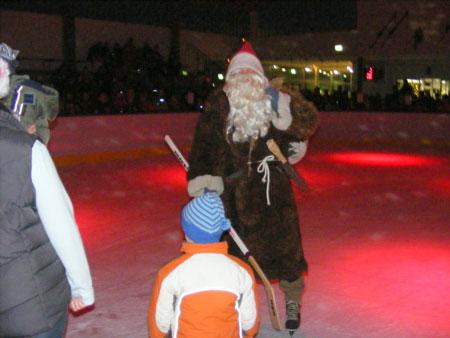 Der Nikolaus kommt ins Elbe Ice Stadion Brokdorf