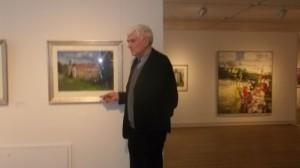 Foto Klaus Fußmann vor einem Gemälde des Eutiner Schlosses