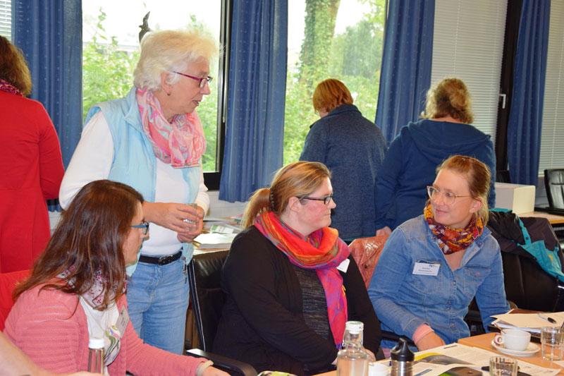 """Bild: """"Plietsch fürs Klima""""-Workshop: Gegenseitige Vernetzung ist bei den Pädagog*innen Thema gewesen. Fotos: Kreis Dithmarschen"""
