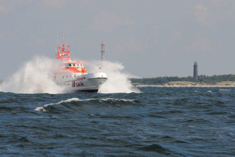 Manövrierunfähige Segelyacht droht in Windpark zu treiben