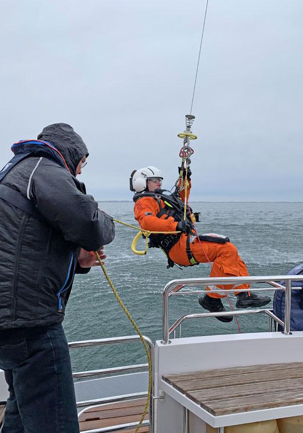 Freiwilliger Seenotarzt der DGzRS mit eigenem Motorboot im Einsatz für erkrankten Mann