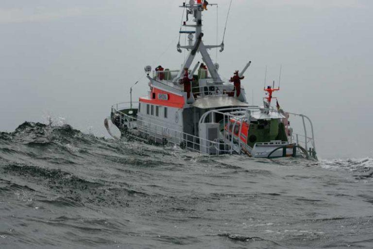 Seenotretter im Rostocker Seehafen für manövrierunfähiges Fahrgastschiff im Einsatz