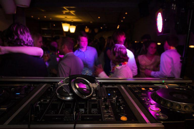 Schleswig-Holstein: Ab Samstag müssen Clubs, Discos, Kinos usw. schließen – Auch Einschränkungen für Restaurants