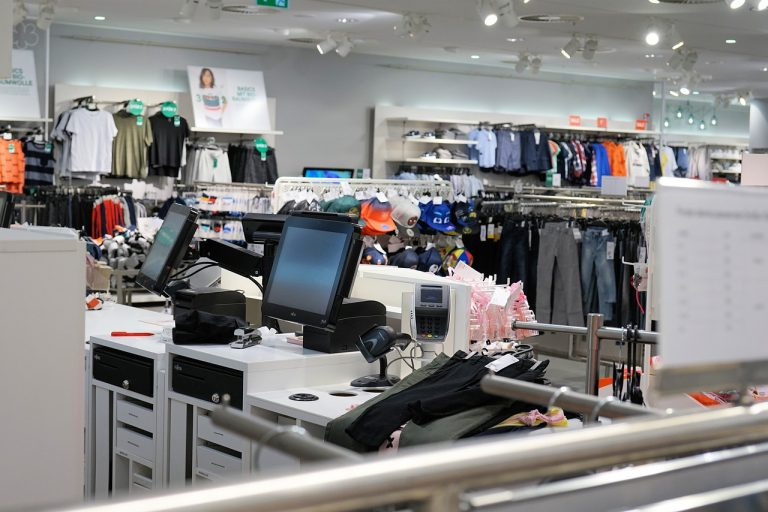 Daniel Günther plant noch mehr Öffnungen: Einzelhandel, Gastro, Kontakte erweitern und mehr